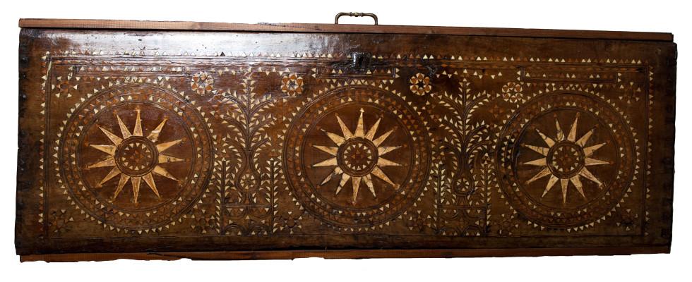 Σεντούκι (Βαρδαλαμίδα) με φυτευτή από όστρακο διακόσμηση για τη φύλαξη προίκας. Κατασκευάστηκε τέλη του 18 αιώνα